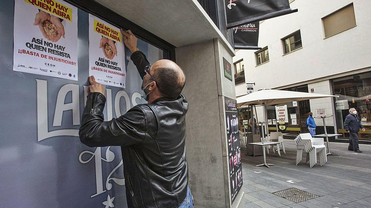 Pegada de carteles de protesta de Alicante.