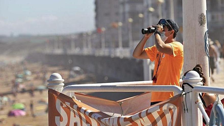 Una bolsa de empleo de socorrista garantizará el servicio en las playas de Castrillón este verano