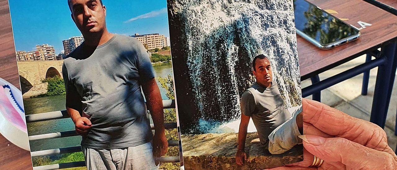 La madre de Félix sostiene dos fotos de su hijo, realizadas en un viaje que hicieron juntos dos semanas antes de la desaparición.