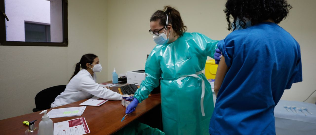 Inicio de la vacunación del personal sanitario en Ibiza. J. A. Riera
