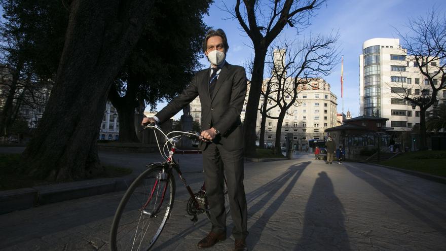 El ejemplo del doctor Esteban: El jefe de Oncología del HUCA se desplaza por Oviedo en bicicleta