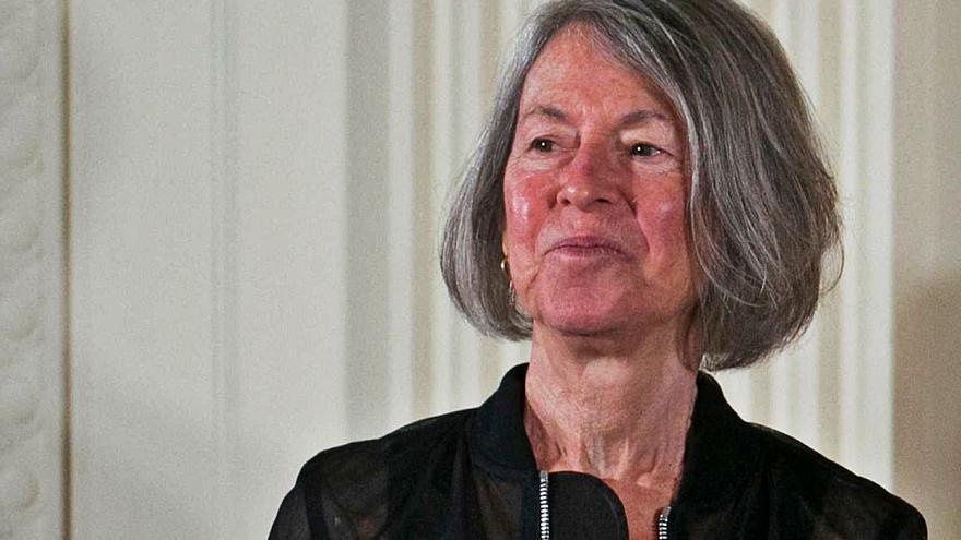 La Nobel Louise Glück deixa Pre-Textos i exigeix a l'editorial que destruïsca els seus llibres
