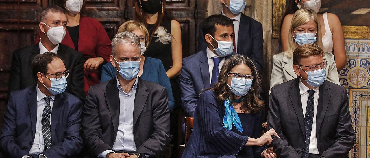 Los miembros del Consell, ayer, en el acto institucional del 9 d'Octubre celebrado en València.