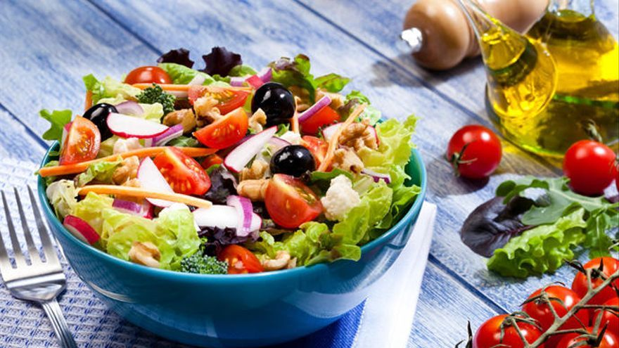 ¿Cenas ensaladas? Estos son los falsos mitos y verdades sobre este socorrido plato