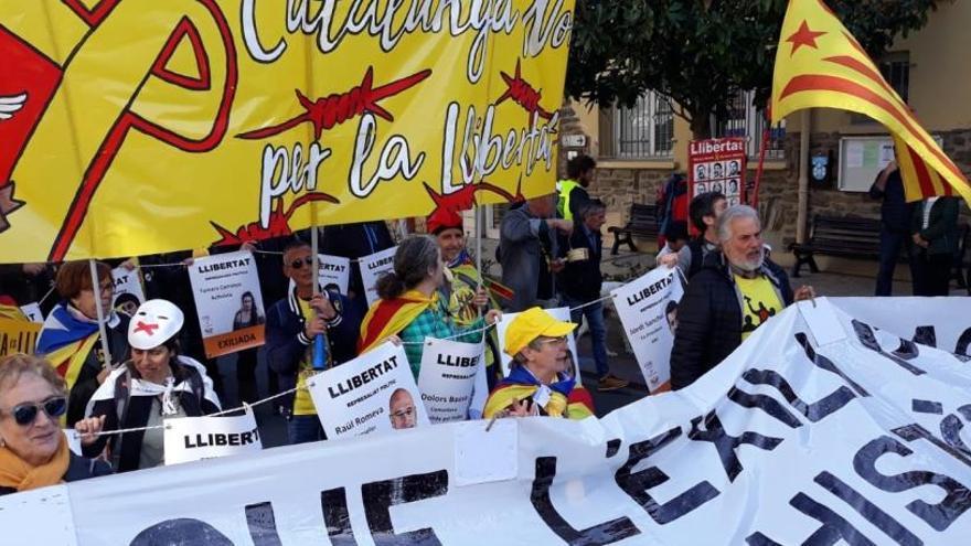 Uns 250 independentistes es concentren davant la visita de Sánchez a la tomba de Machado