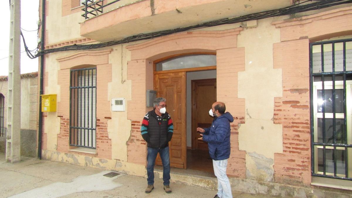 El alcalde Pedro Domínguez, y el portavoz del PSOE en la Diputación, Eduardo Folgado, frente al Ayuntamiento de Torres del Carrizal.