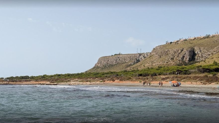 La playa de la Ermita, en Santa Pola, con bandera azul.