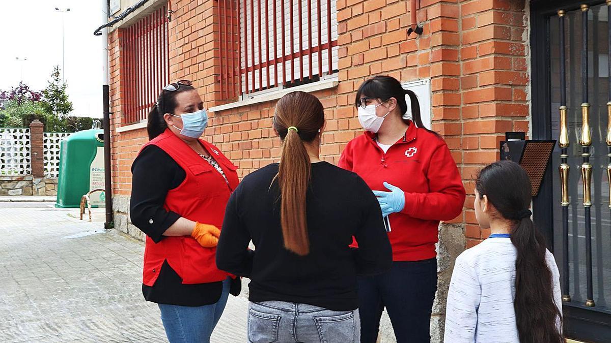 Dos trabajadoras de Cruz Roja Zamora conversan con usuarios del programa de Juventud.   Cruz Roja