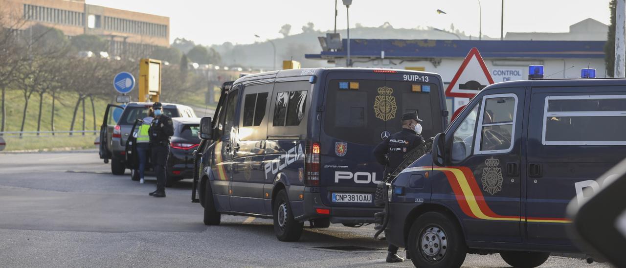 Furgonetas de la Policía Nacional en las instalaciones de Alu Ibérica en marzo