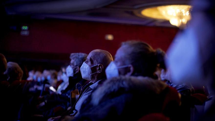 Volver al teatro tras la vacuna: mayores inmunizados acuden a una función en Madrid