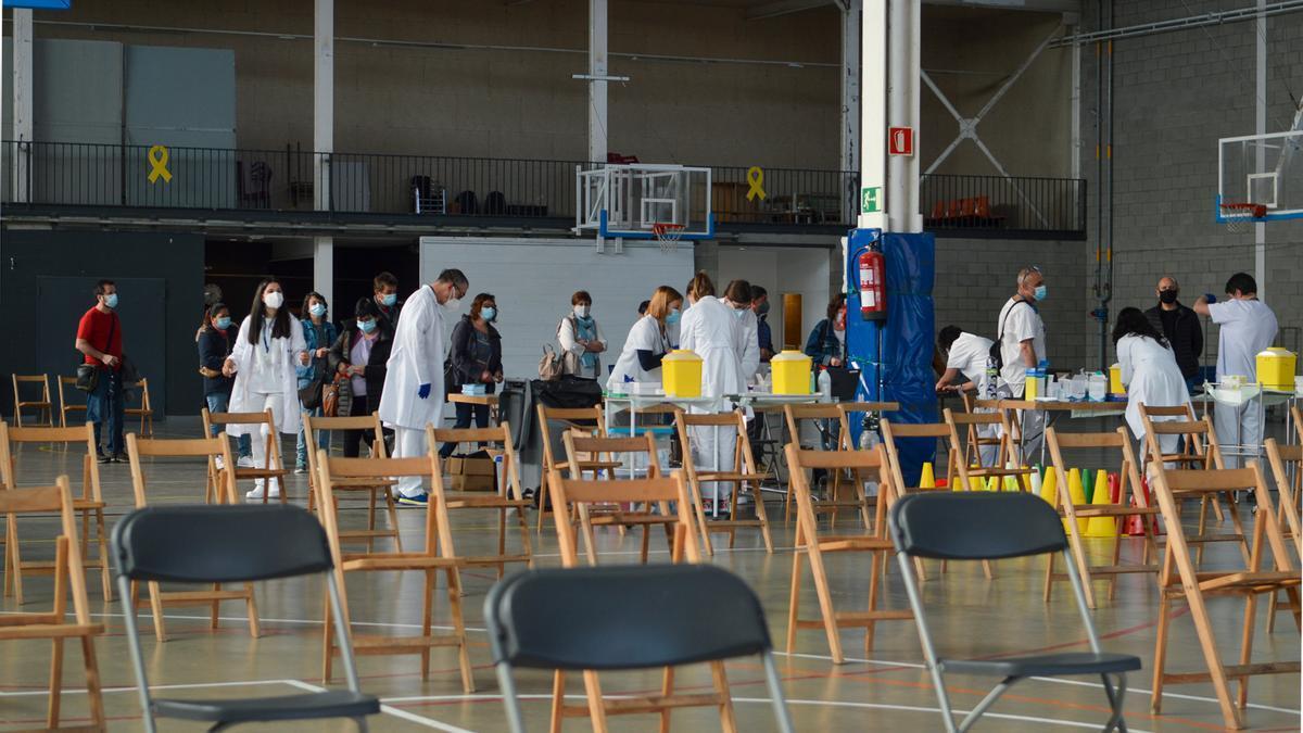 Pla general de diverses persones esperant per rebre la vacuna sense cita prèvia al Palau Firal de la Bisbal d'Empordà. Imatge cedida a l'ACN el 9 de juny de 2021. (Horitzontal)