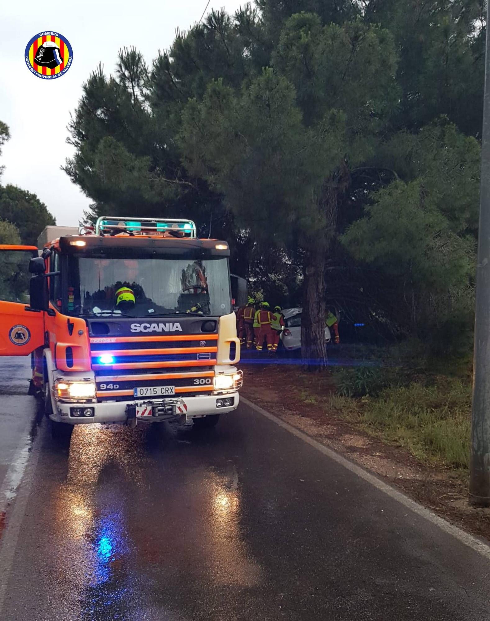 Un muerto y dos heridos al chocar un coche contra un árbol en Paterna