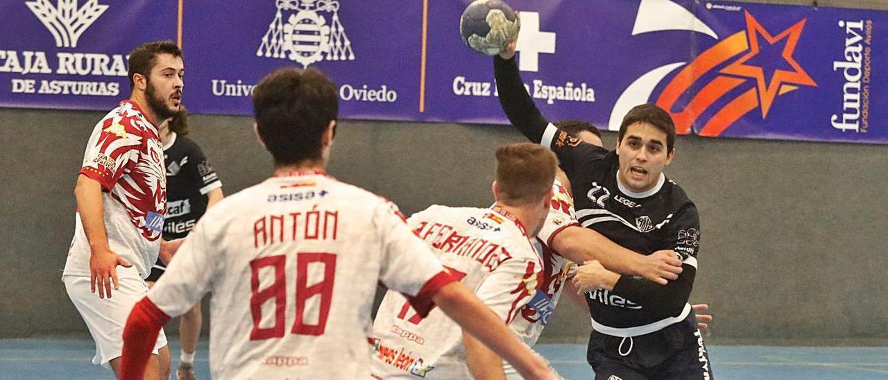 Aitor Rodríguez se dispone a lanzar en un partido de la Atlética. |