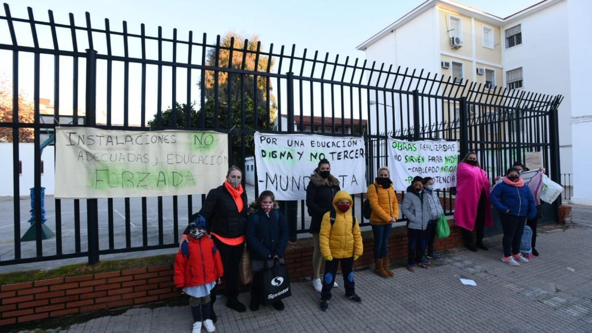 Familias y alumnos del colegio San Fernando protestan por el frío en las clases