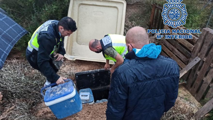 La Policía Nacional localiza en Elche un zulo oculto bajo tierra con más seis kilos de droga