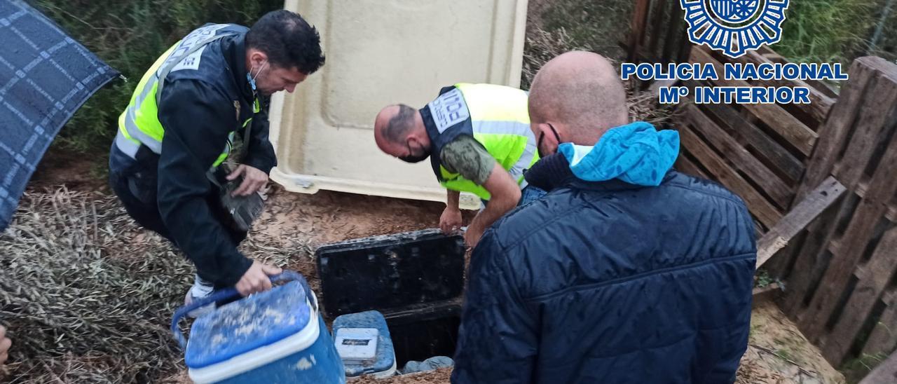 La Policía Nacional de Elche localiza en un zulo bajo tierra más de 6 kilos de droga