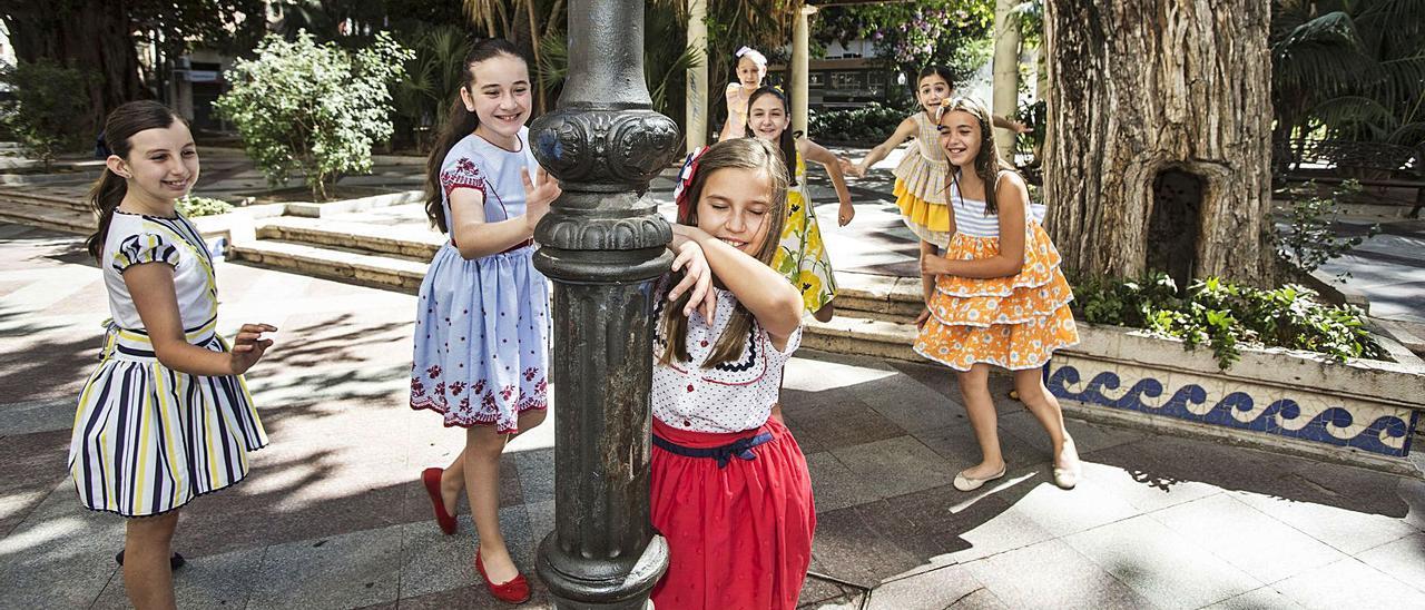 La Bellea del Foc Infantil, Valeria Gómez, juega con sus damas al escondite, uno de sus entretenimientos favoritos, en la plaza de Gabriel Miró. | PILAR CORTÉS
