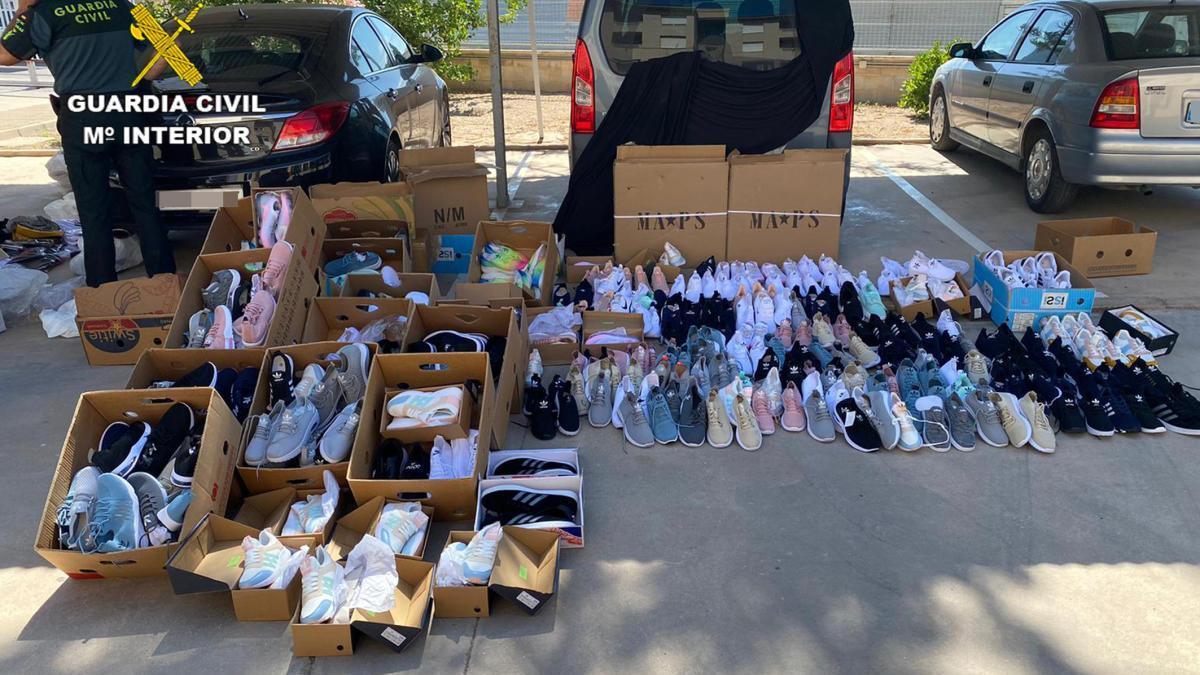 La Guardia Civil incauta medio millar de productos falsificados en San Javier