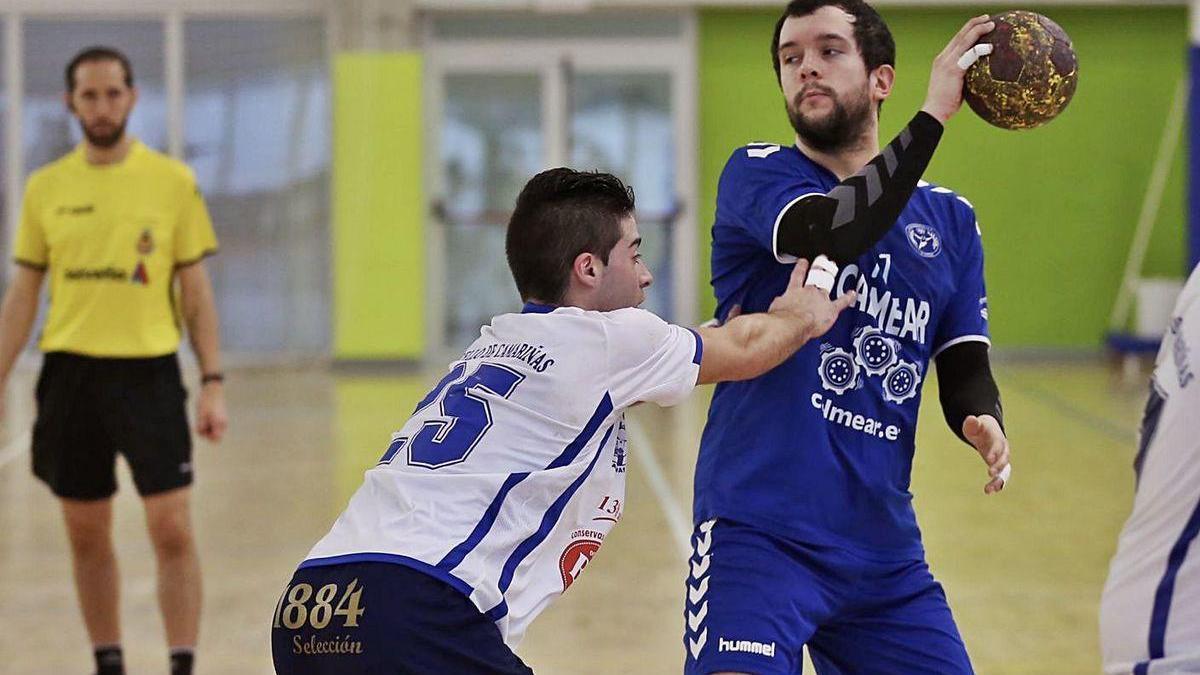 Uno de los jugadores del Calmear Rasoeiro defiende el balón en un contacto.
