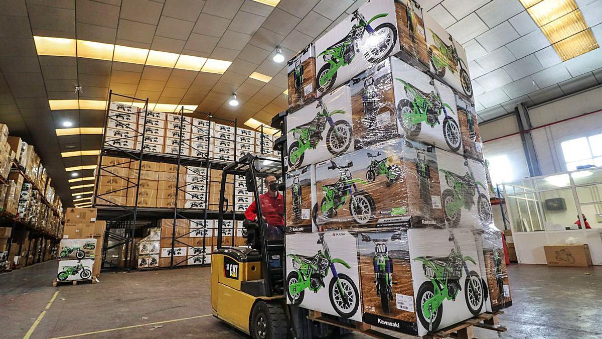 El almacén de la empresa Injusa se ha reorganizado para atender las compras online.