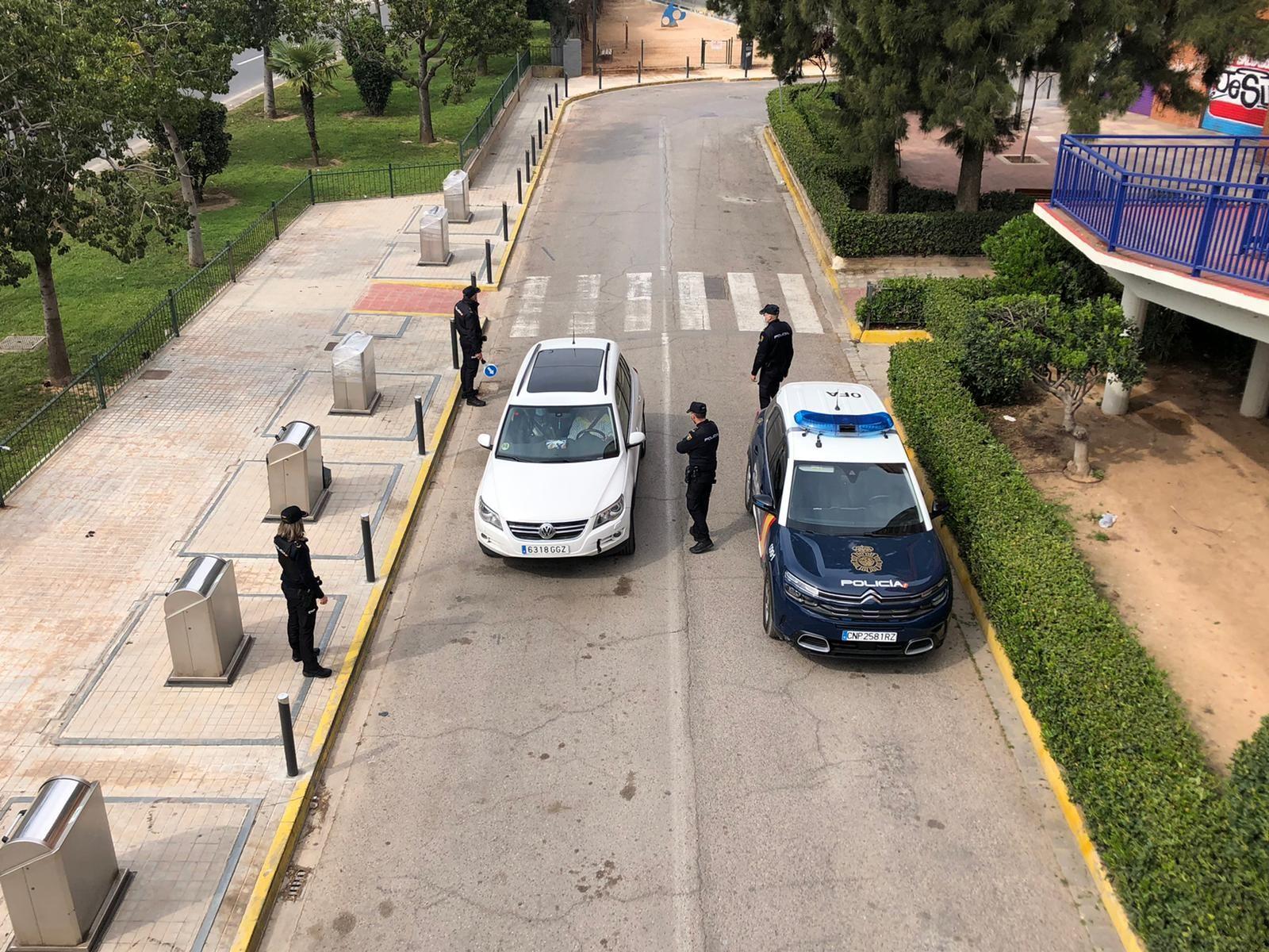 Control policial en la Avenida del Cid a la entrada de València desde Mislata