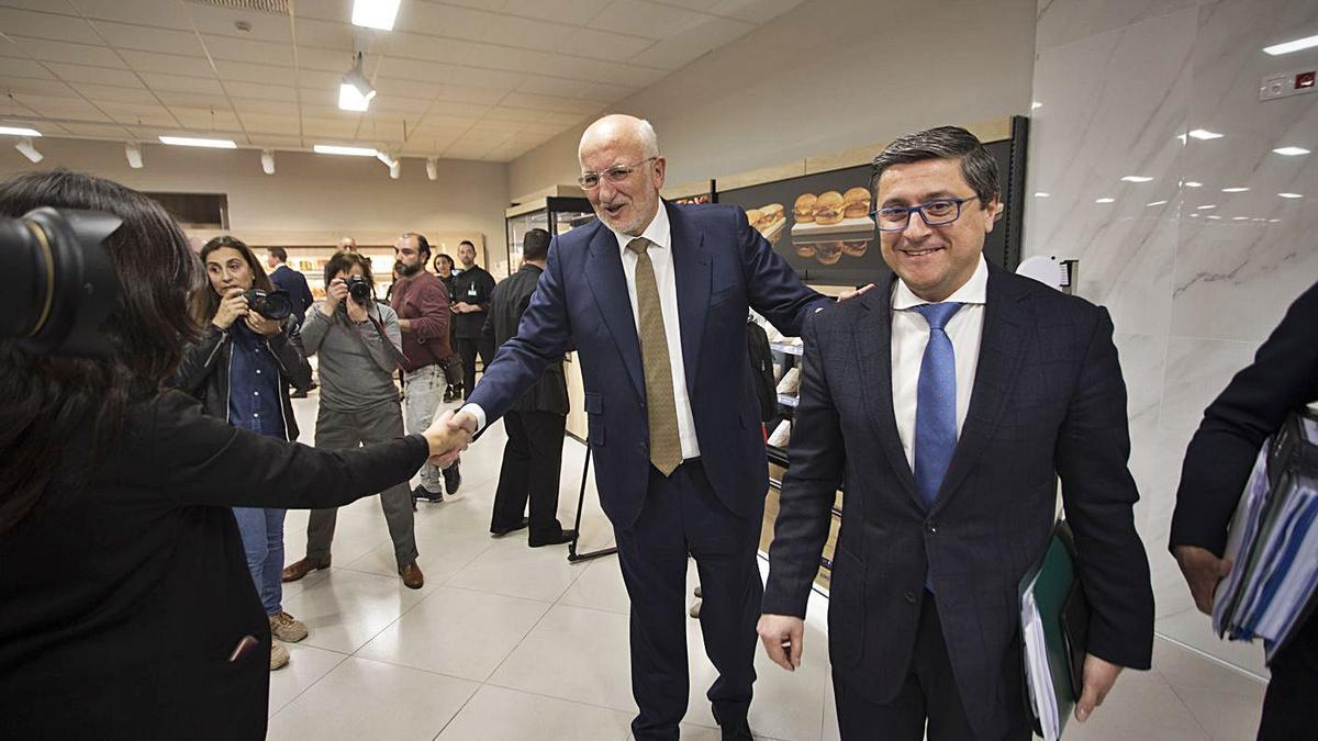 Juan Roig y Juan Antonio Germán, en el centro de innovación de Mercadona de Paterna. | F. BUSTAMANTE