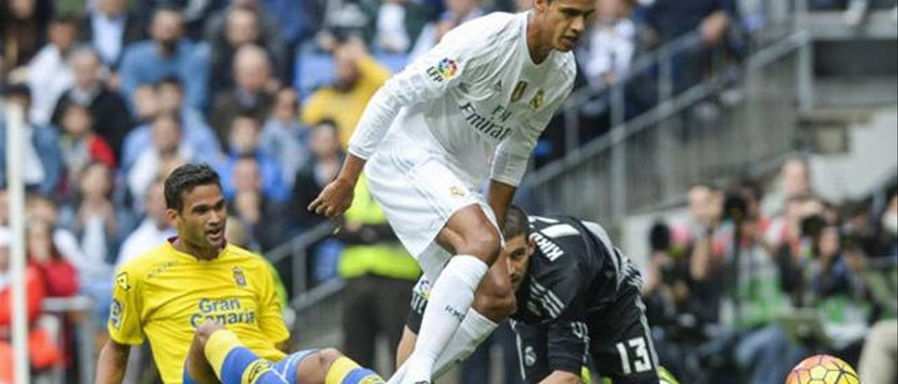Willian José presiona al central del Madrid Varane. Detrás, el meta Casilla.