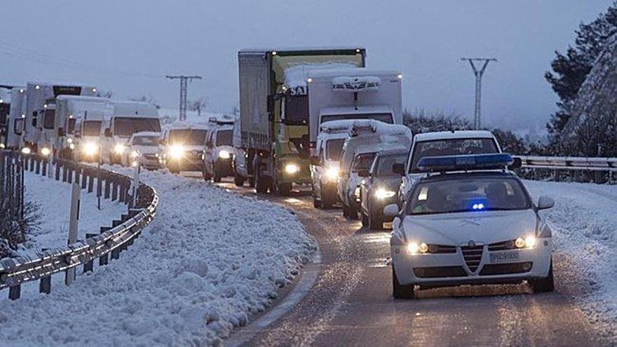 La nieve atrapa a 2.000 personas en la A-3 toda la noche