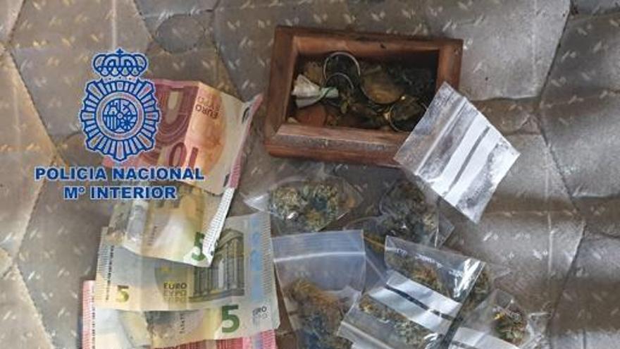 Detenidos por vender droga en la puerta de su domicilio de València