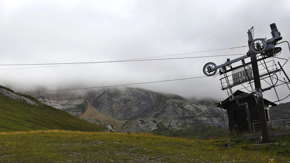 Una de las máquinas de la estación de Candanchú, este lunes, con las cumbres cubiertas de niebla.