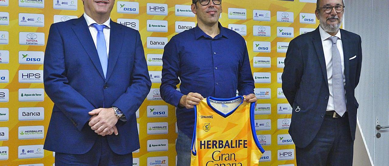 Francisco Castellano -izquierda-, junto al director deportivo Willy Villar -centro- y el presidente Enrique Moreno. | | ANDRÉS CRUZ