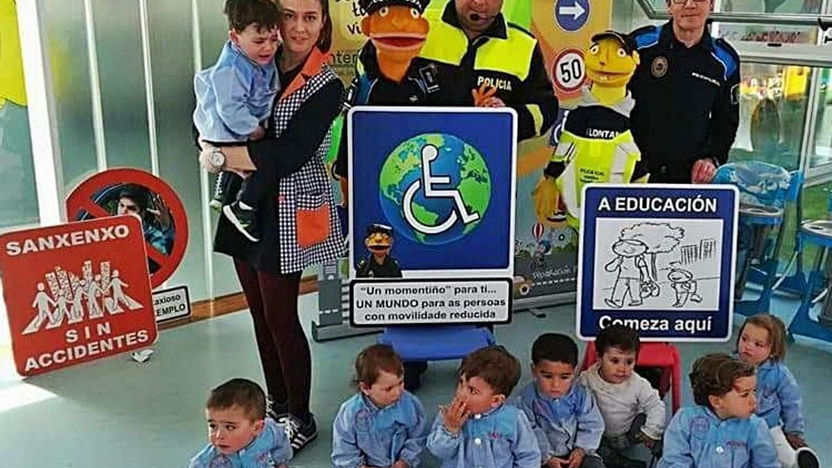 Los agentes Manuel Martínez y Abelardo Martínez en una de las actividades en una escuela infantil. |   // FDV