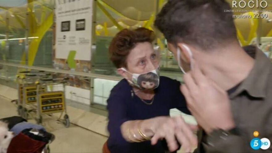 Verónica Forqué explota contra 'Viva la vida' en el aeropuerto tras perder su justificante para viajar