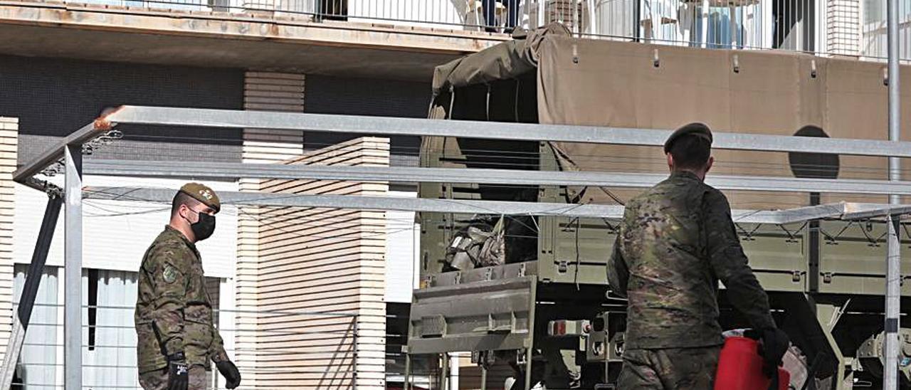 El ejército desinfectando la residencia por la pandemia.  | ANTONIO AMORÓS