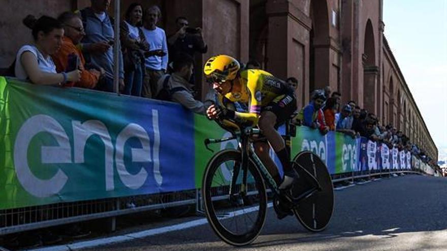 Roglic se enfunda la primera 'maglia rosa' de este Giro