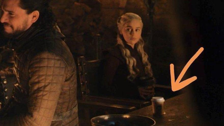 Emilia Clarke desvela de quién era el vaso que se coló en 'Juego de tronos'