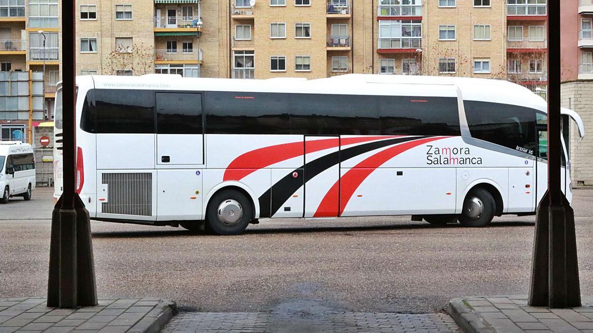 Un autobús de Zamora-Salamanca sale de la estación.