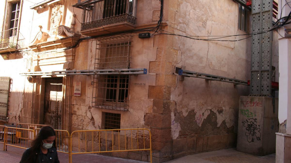 Casa de los Guevara con andamios sosteniendo sus fachadas.