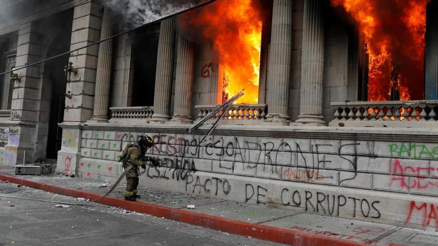 Manifestantes prenden fuego al Congreso de Guatemala