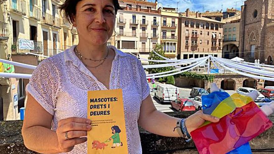 L'Ajuntament de Cardona reparteix ampolles plegables per netejar l'orina dels gossos