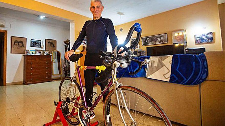 """Completa la vuelta al mundo con 73 años, marcapasos y """"sin salir de mi casa"""""""