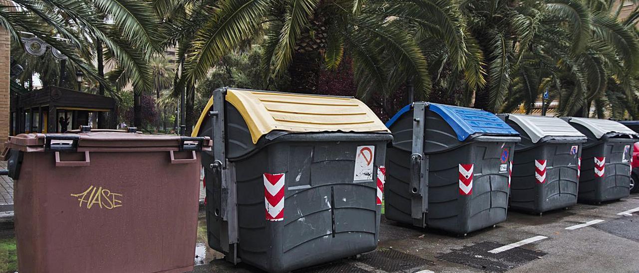 Contenedores para acoger los diferentes tipos de residuos, en una calle de València. | G.CABALLERO