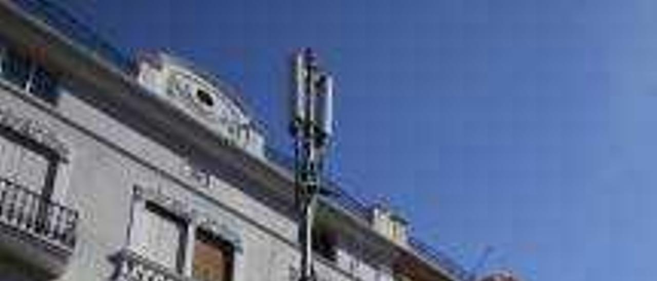 El ministerio inspecciona  una antena de telefonía móvil que amplía la señal