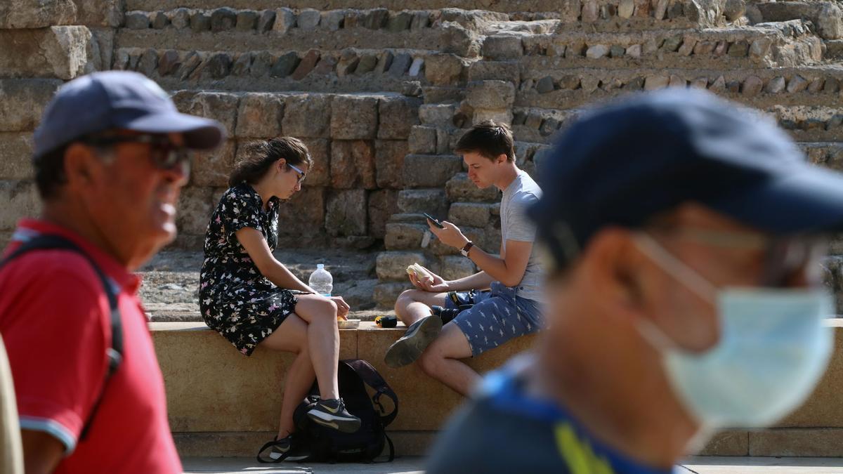 Turistas pasean por la calle Alcazabilla y el entorno del teatro romano.