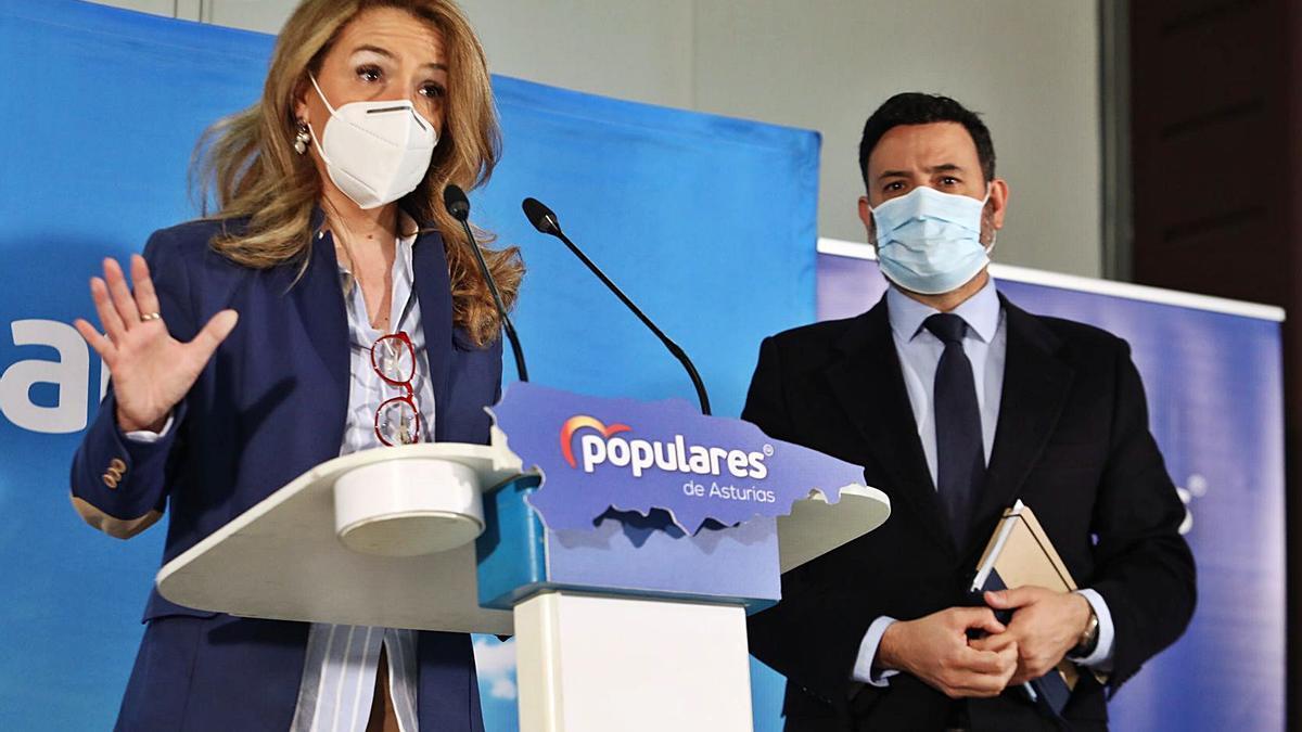Teresa Mallada y Guillermo Mariscal, tras el encuentro celebrado en Oviedo. | Juan Plaza