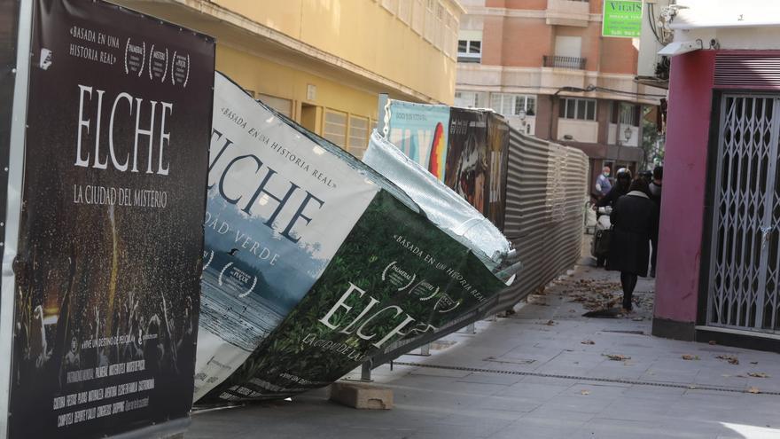 La caída de unas planchas obliga a cortar un carril en el paso subterráneo de la avenida de Dénia