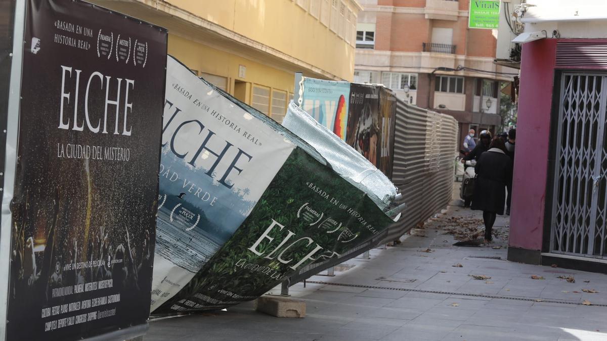Una de las vallas metálicas del Mercado Central desencajada por el viento
