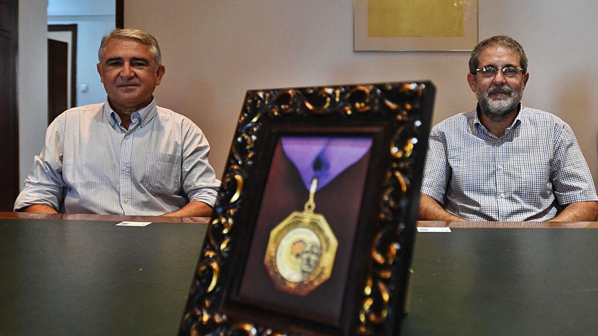 José Peña Amaro (i) y Javier Pagador (d) con una imagen de la Medalla Séneca del Consejo Social de la UCO.