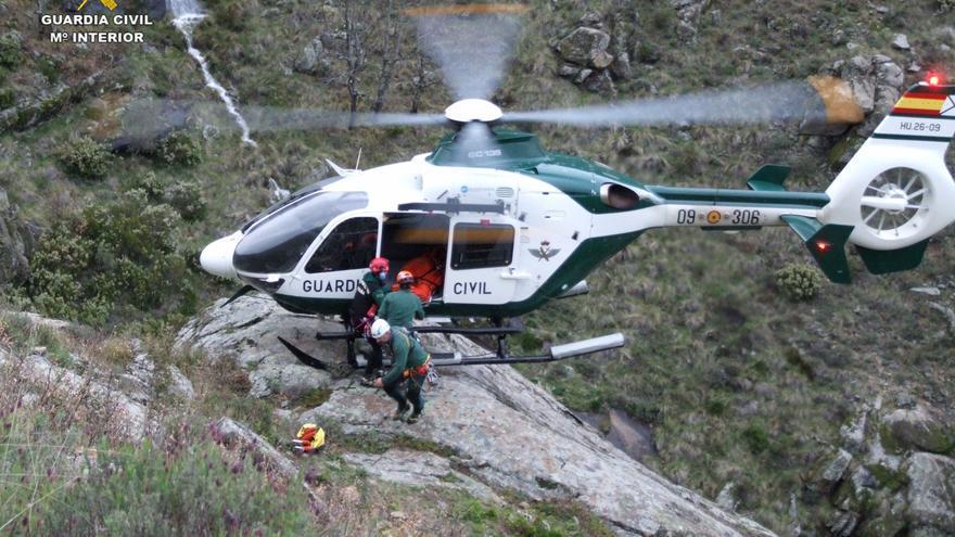 Rescatada en helicóptero una senderista herida grave en Guijo de Santa Bárbara