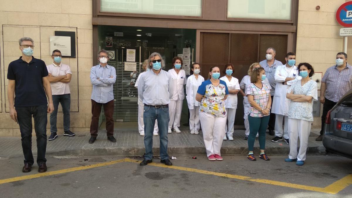 El personal del centro de salud y Miguel Lázaro.
